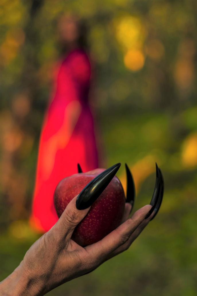 Vinner månedens bilde i juni. Foto: Christine Larssen. Tittel: Vil du ha et eple, Snehvit?